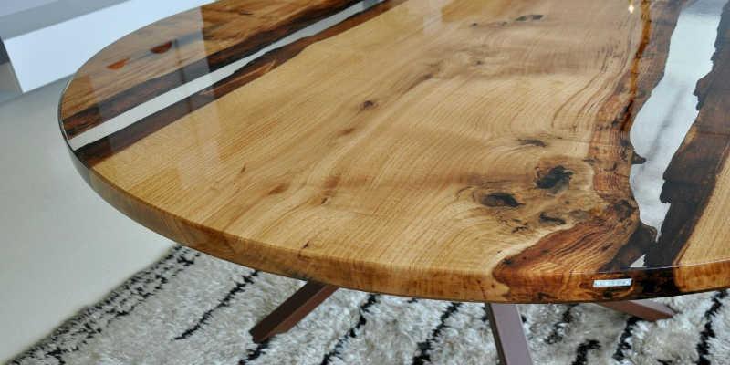 Mesa de madera con resina epoxi transparente